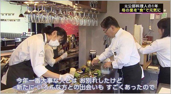 お店の厨房でいろいろなスタッフと仕事をする地井さんの様子