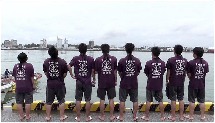 10 海に向かってありがとうを叫ぶ部員たち