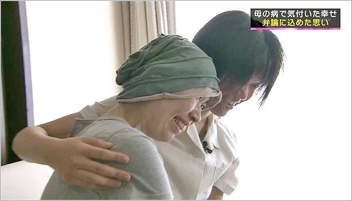 09 笑顔で寄り添う日奈子さんと母 知子さん