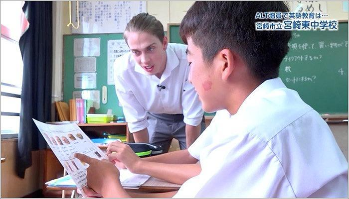 06 生徒に寄り添いながら教えるルーカス先生