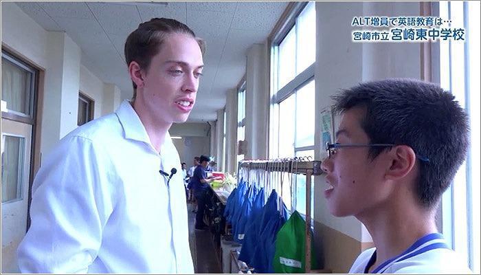 07 廊下の生徒に話しかけるルーカス先生