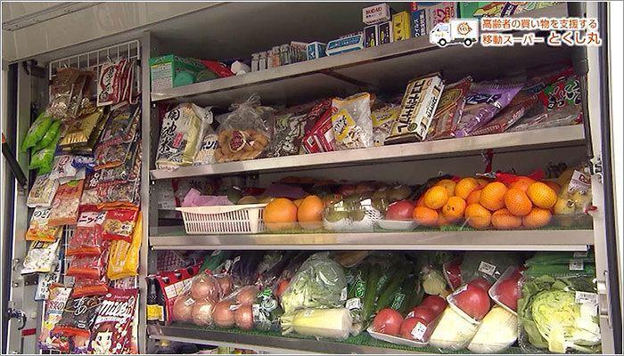 02 たくさんの食品や日用品を積み込んだとくし丸