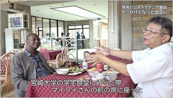 05 食堂で笑顔で話す荻野社長とマイタイさん