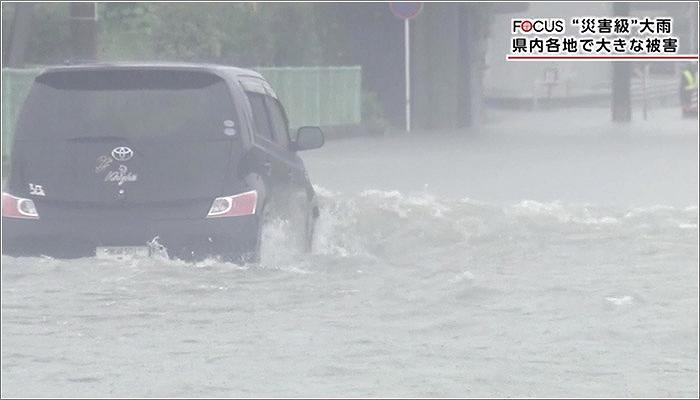 01 洪水している道路を走る車