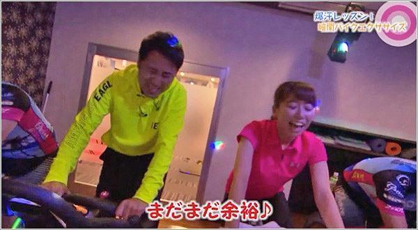 クラブの様な空間でトレーニングする児玉アナと髙巣アナ